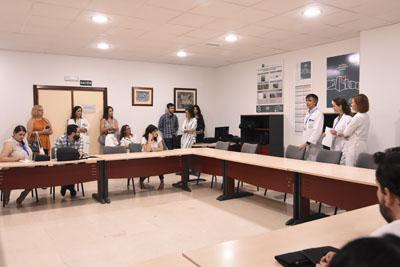 El equipo directovo da la bienvenida al grupo de especialistas