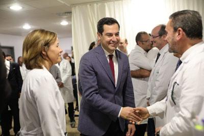 Juanma Moreno saluda los profesionales sanitarios del hospital