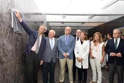 Rafael de la Hoz descubre la placa Docomomo
