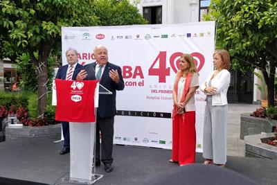 El consejero de Salud y Familias inaugura la exposición en la Plaza de las Tendillas