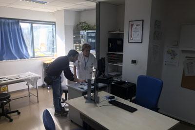 Profesionales de informática instalan nuevos PCs