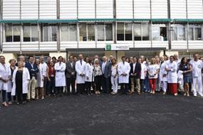 El consejero de salud posa delante del hospital de dia oncologico junto al equipo de profesionales