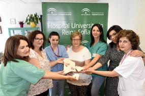 Profesionales de Neonatos y tejedoras muestras los objetos donados al hospital