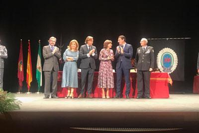 La delegada de salud y familias y la directora gerente recogen el premio