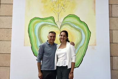 Tete Álvarez y María Ortega posan delante del mural