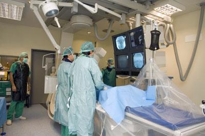 Imagen de archivo. Profesionales realizan una prueba diagnóstica
