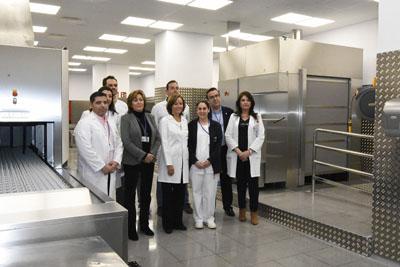 Responsables sanitarios y personal de Alimentación en la presentación del nuevo tren de lavado