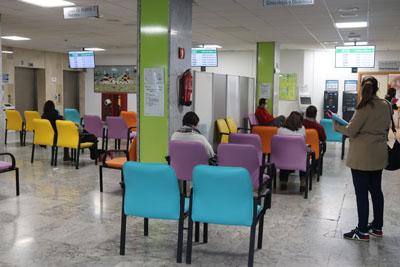 El vestíbulo principal se divide en dos grandes áreas de espera con pantallas para la gestión de consultas