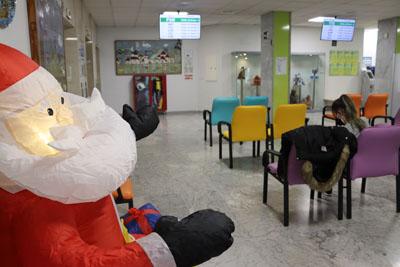 Zona de espera pediátrica en vestí¡bulo principal con las pantallas de gestión de citas