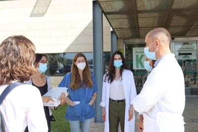 El director médico del hospital mantiene una charla con algunas de las nuevas residentes