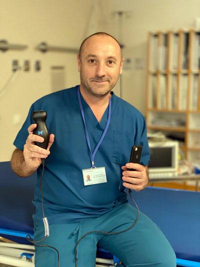 Rafael Llamas, médico de Urgencias del hospital con el nuevo ecógrafo