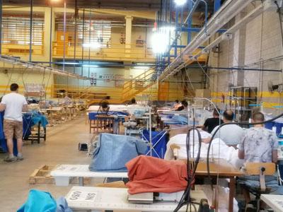 Internos de la prisión de Córdoba confeccionan equipos de protección