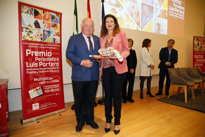 El consejero entrega el premio a la periodista de El Mundo