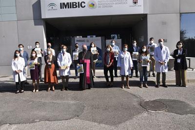 El Hospital y el IMIBIC entregan un reconocimiento a colaboradores durante la pandemia