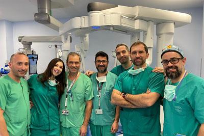 Equipo de cirujanos torácicos, anestesistas e personal de enfermería que ha participado en la intervención