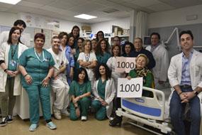 El equipo de profesionales de la unidad y dos pacientes que han sido tratados en este servicio, uno de ellos, es el paciente 1.000.