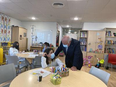 Aguirre charla con una niña hospitalizada