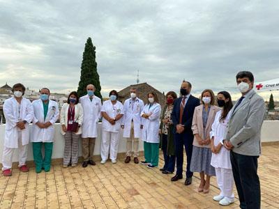 Profesionales del Hospital Cruz Roja, delegada de Salud y Familias, gerente del Hospital Reina Sofía y Coordinador de Trasplantes
