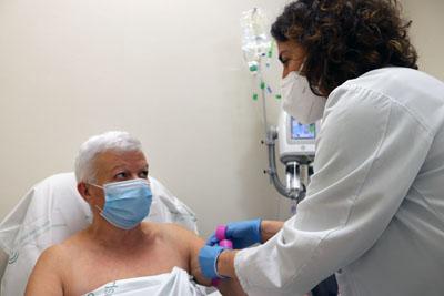 Enfermera de la unidad de mama inyecta contraste a paciente