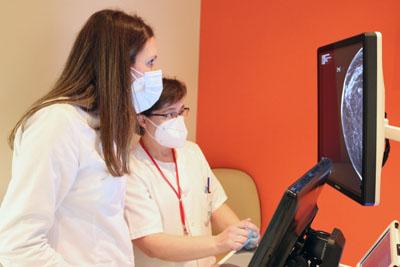 Radióloga leyendo la imagen de la mamografía