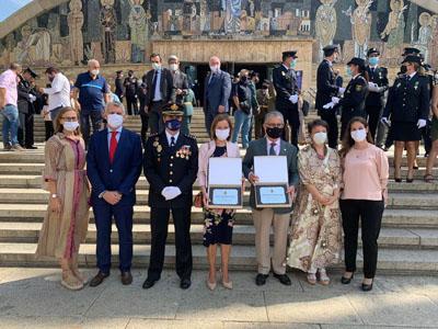 Profesionales del hospital posan con la Subdelegada del Gobierno en Córdoba y el Colegio de Médicos