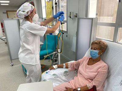 Una profesional de la UTA administrando tratamiento a paciente