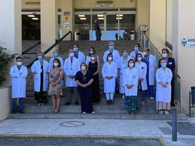Responsables sanitarios y profesionales en la presentación del robot quirúrgico en el Hospital Provincial