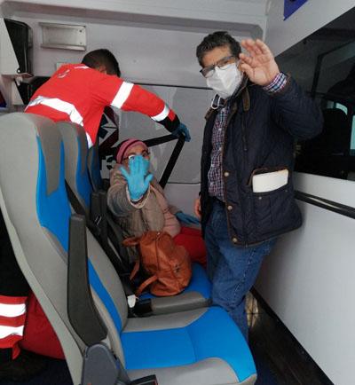 El equipo del 061 trasplada a los pacientes del hospital a su casa para iniciar el ingreso domiciliario
