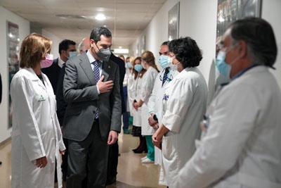 El presidente saluda a profesionales del hospital