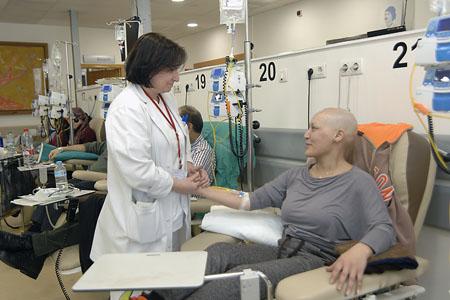 Hospital de día, enfermera con paciente