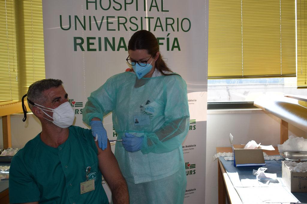 Felipe, enfermero de Urgencias de Adultos, segundo vacunado en Reina Sofía