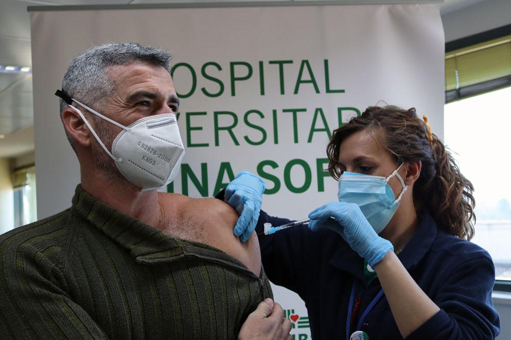 Felipe, segundo profesional vacunado, recibe la segunda dosis hoy