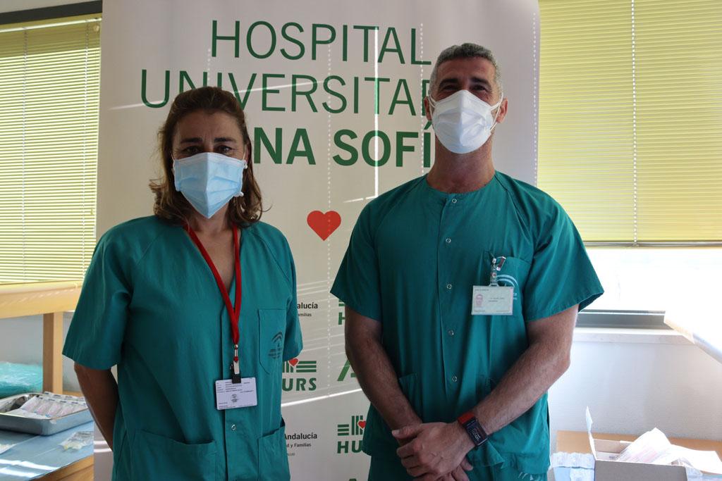 Susana y Felipe, primeros profesionales de Reina Sofía vacunados hoy