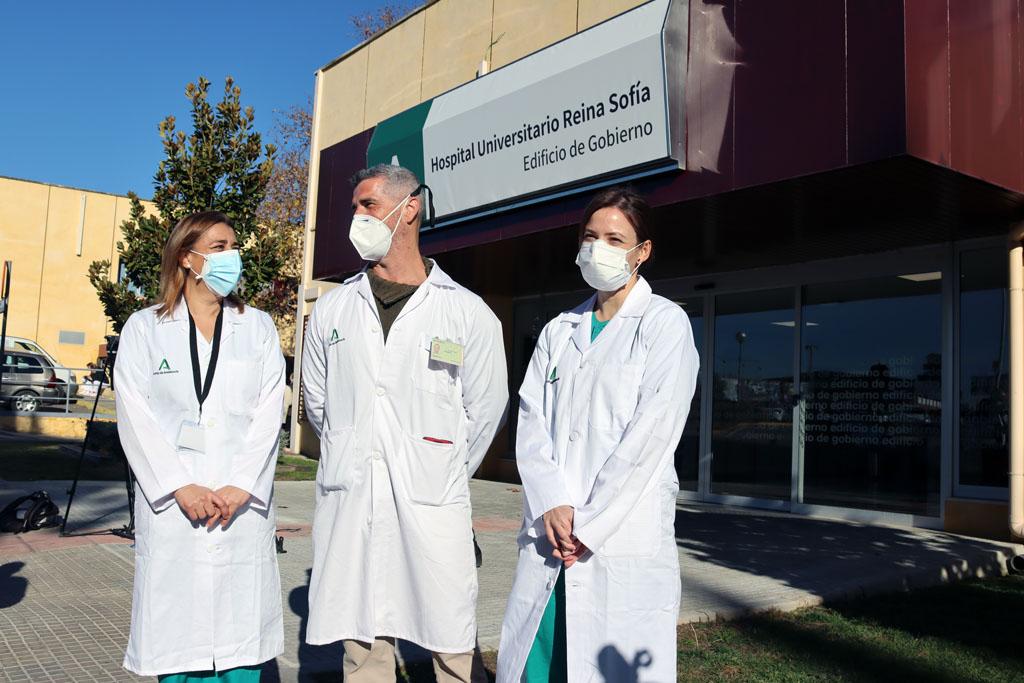 Susana, Felipe y María José, algunos de los profesionales que han recibido hoy la segunda dosis de la vacuna