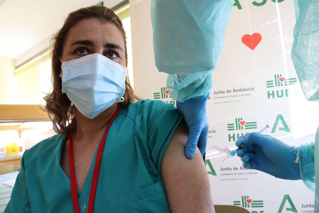 Susana, la primera profesional del Hospital Reina Sofía que se ha vacunado de Covid