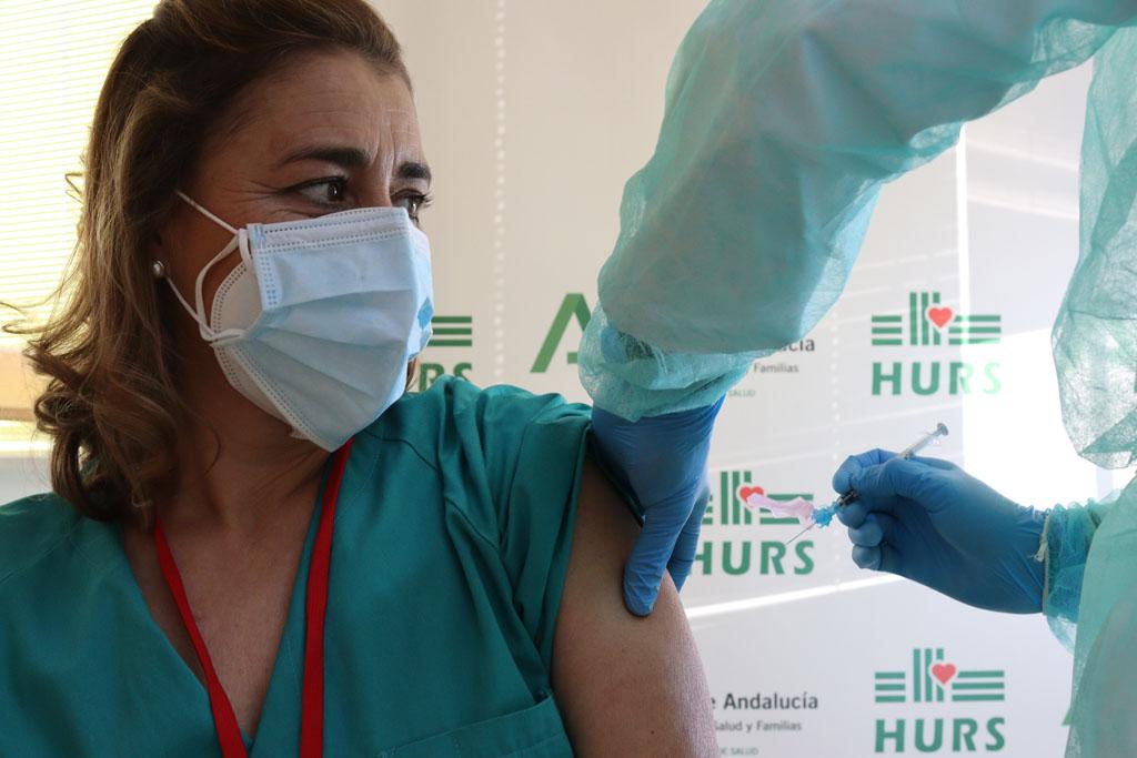 Susana, primera profesional vacunada en Reina Sofía