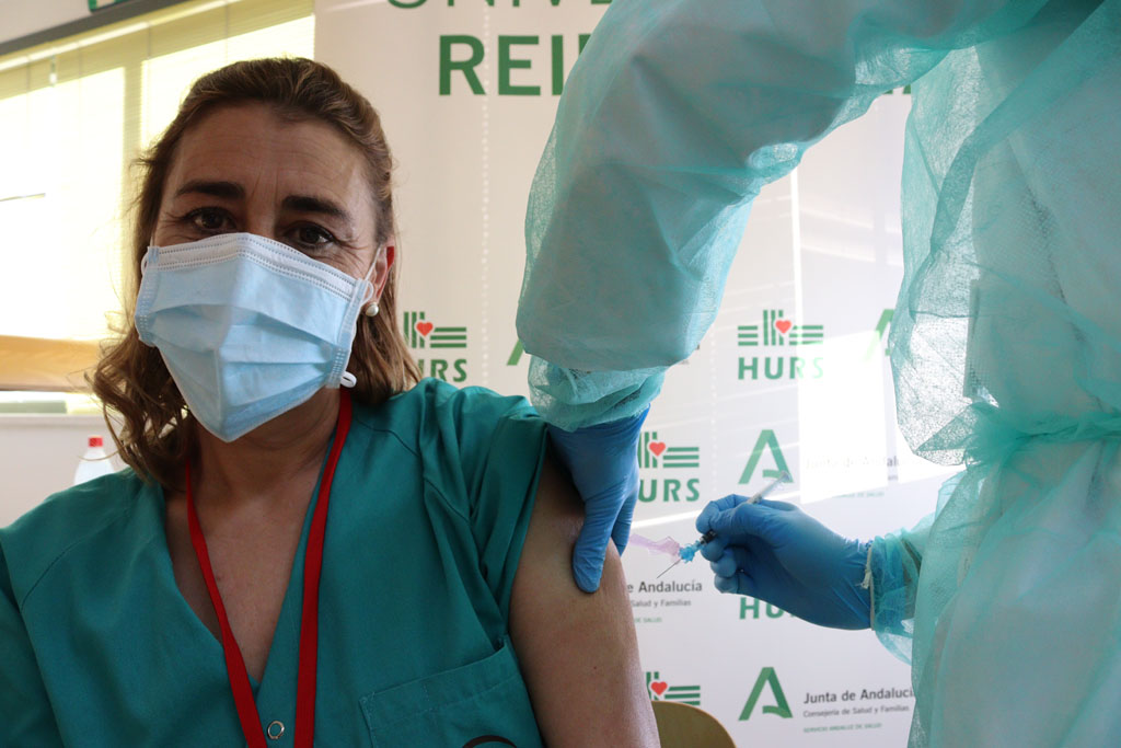 Susana, primera profesional vacunada hoy en Reina Sofía