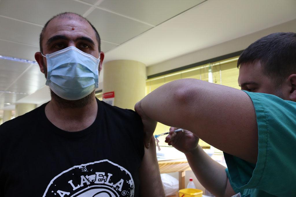 Profesional del HURS recibe su primera dosis de la vacuna