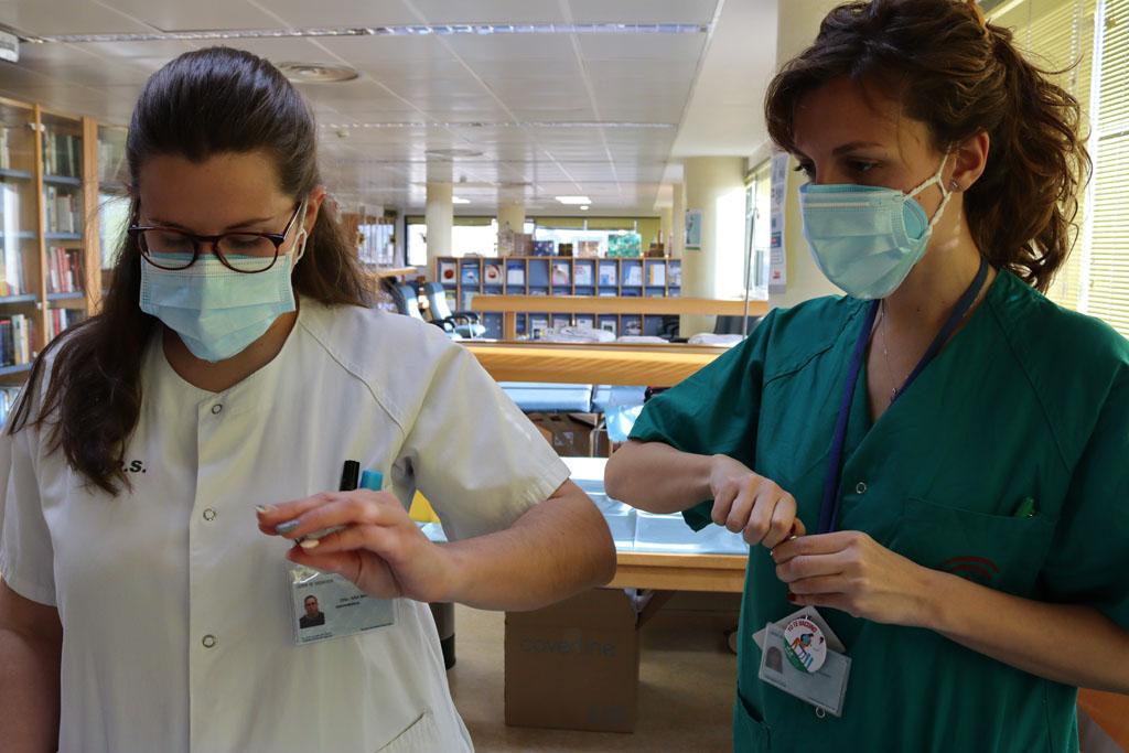 Profesionales del hospital preparan las dosis