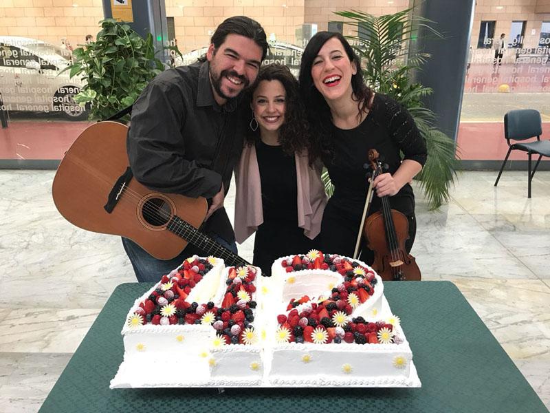 Curro Rumbao, Auxi Belmonte y Eles Bellido han puesto música al cumpleaños