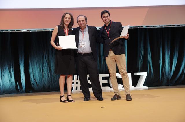 El responsable de Cardiología, Manuel Pan, entrega el premio de una beca
