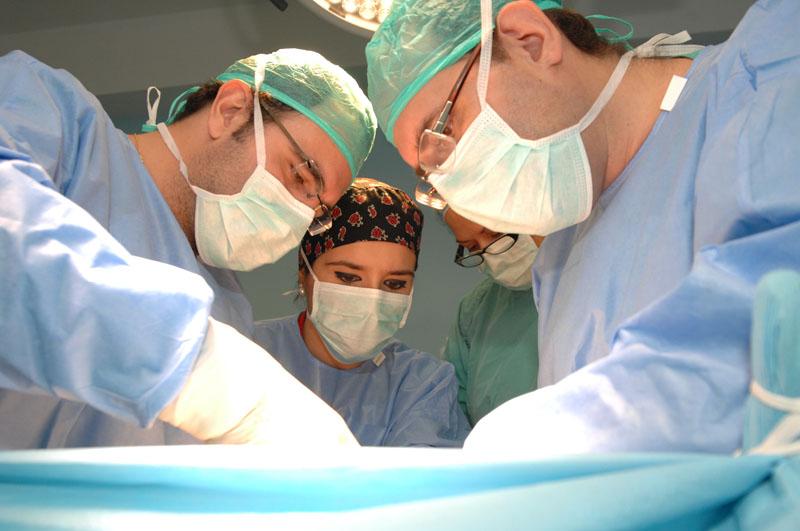 Cirujanos en una intervención. 2013