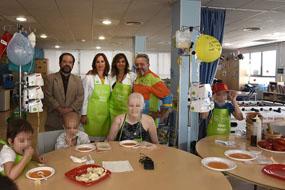 La Cofradía del Salmorejo imparte un taller entre los niños hospitalizados