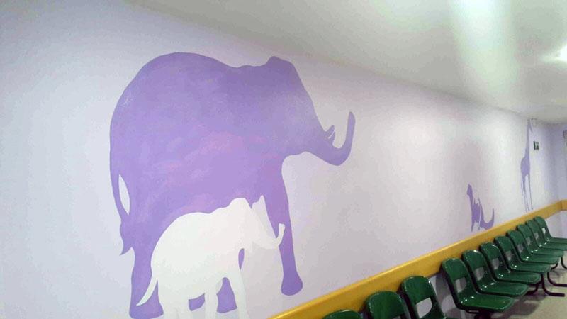 Elefante adulto y su cría decoran el pasillo de la primera planta del Materno