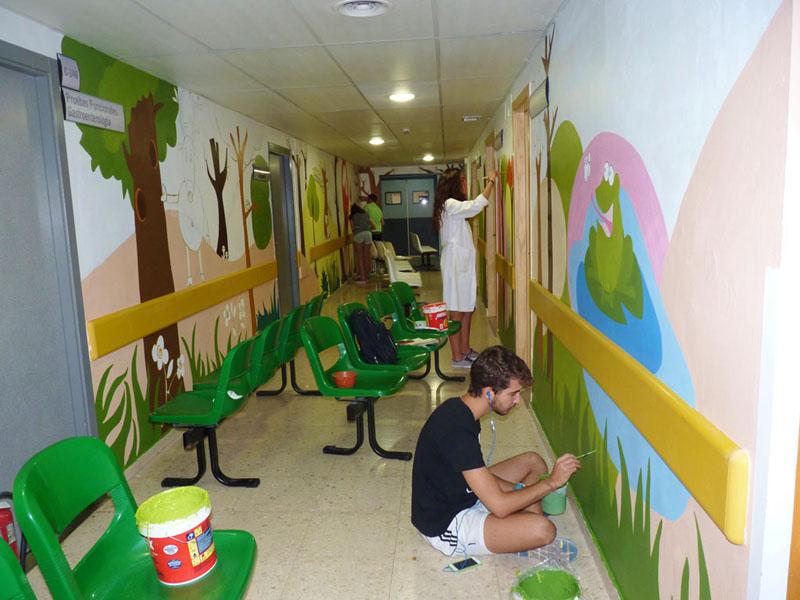 Los voluntarios coloreando el pasillo del bosque