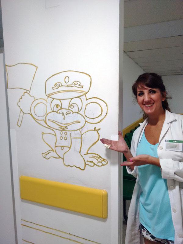 El mono Lolo con su creadora, Conchi
