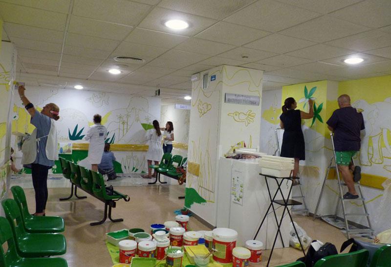 Voluntarios empezando a dar color en la zona de la selva (ascensores)