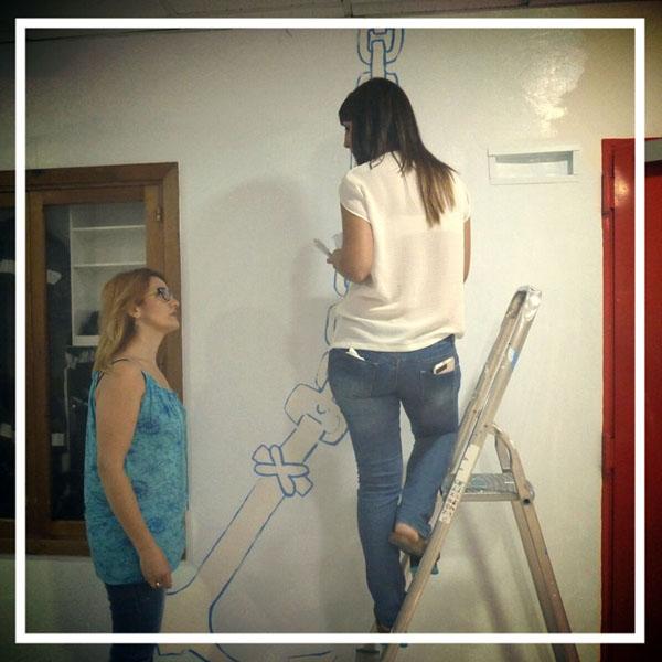 Carmen y Conchi solucionando los pequeños problemas que van surgiendo, se nos acabó la pintura blanca, pero Titán nos dona 100 litros más.