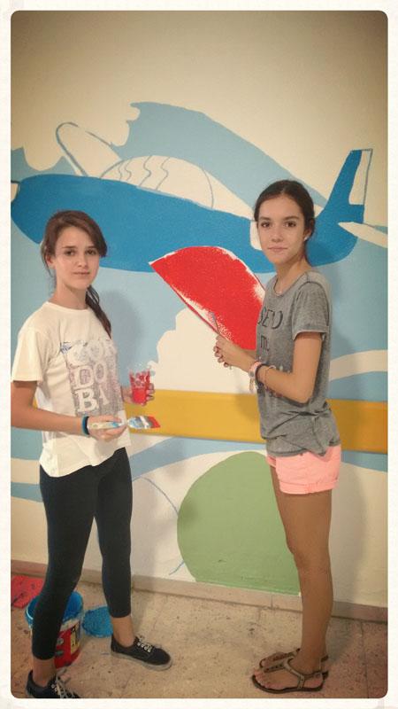Dos de nuestras voluntarias más jóvenes dando color a un avión
