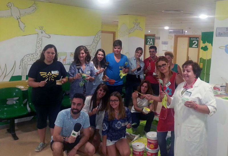 El primer grupo de Colores para alegrarte blandiendo pinceles con el reportero de Andalucía Directo.